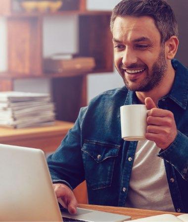 Man drinkt koffie en gebruikt QwoaterDIRECT